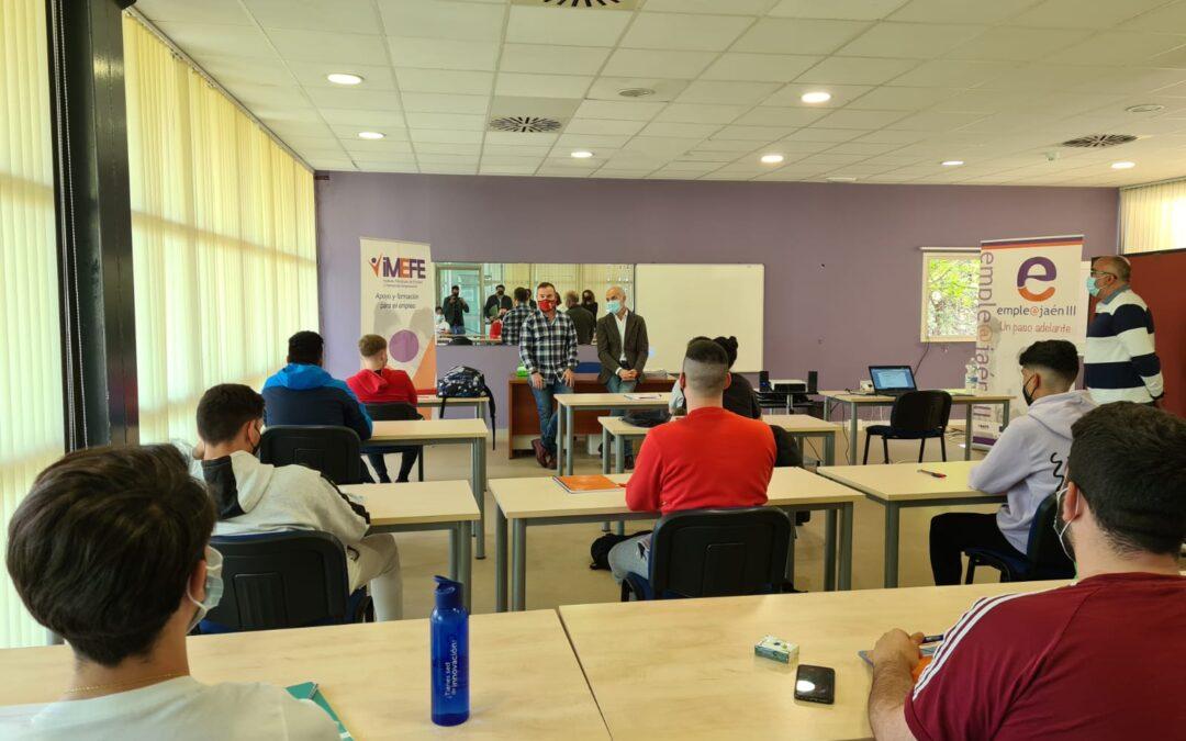 """Diez alumnos se forman en el curso de """"Socorrismo en instalaciones acuáticas"""" que organiza el Imefe en la piscina municipal cubierta de La Salobreja"""