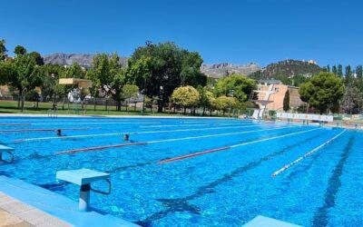 El Ayuntamiento facilita el acceso gratis a las piscinas municipales a más de un millar de personas atendidas por unos 40 colectivos y entrega bonos de baño para 300 familias con necesidades