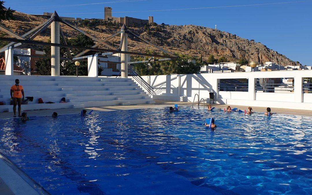 Vecinos de El Tomillo aprenden a nadar en un curso para adultos y niños en la piscina municipal del barrio